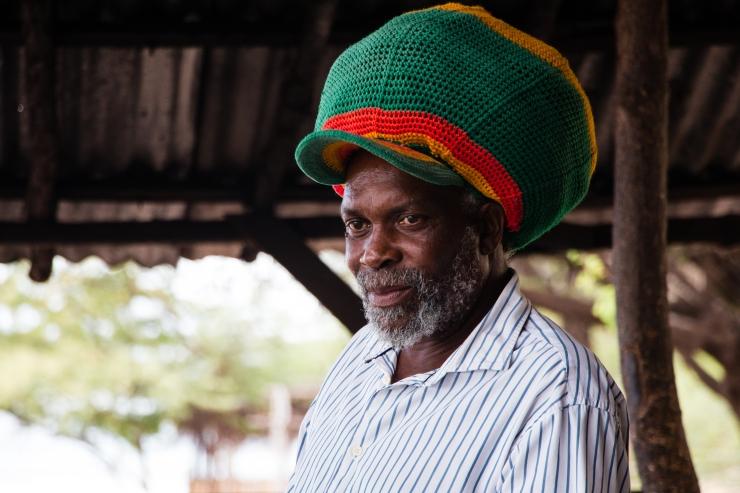 """""""Jah Dee"""", cuisto pour la cinquantaine de pêcheurs à Farqhar's Beach."""