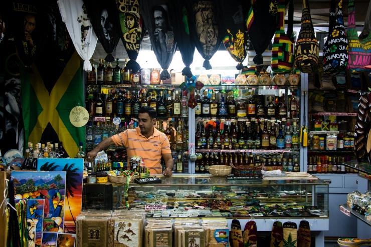 Mike, Jamaïcain d'origine indienne, est propriétaire d'une boutique de souvenirs à Negril.