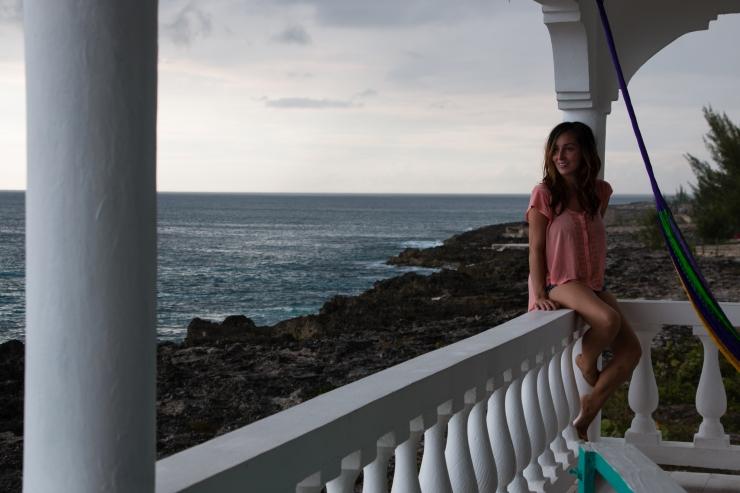 Angela Eastwick assise sur le balcon d'une de ses résidences, dans le West End