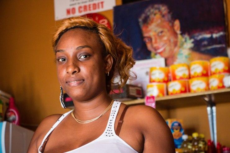 Jamaïque2_Njeri Lee dans son magasin